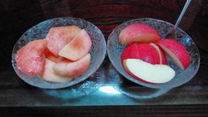 朝食に桃とリンゴ